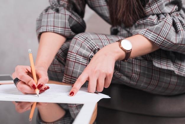mulher realizando preenchimento do formulário