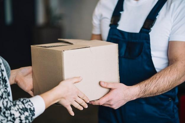 小包を受け取る作物の女性 Premium写真