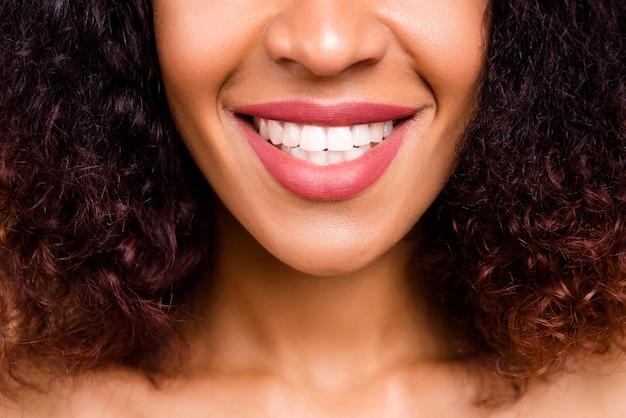 トリミングされたクローズアップモデルの女性は、白い歯を見せる笑顔を示す新しい完璧な大きな唇のサイズをお楽しみください Premium写真