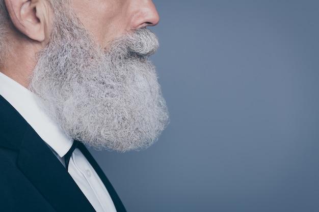 Обрезанный профиль крупным планом, вид сбоку, портрет его красивого привлекательного спокойного содержания, ухоженного седого человека, изолированного на сером фиолетовом фиолетовом фоне пастельных тонов Premium Фотографии