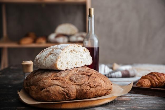 Обрезанное изображение много хлеба на столе Бесплатные Фотографии