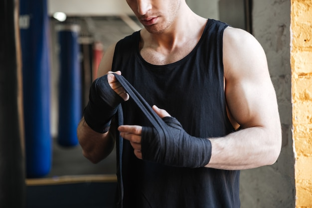 ボクシング用の手袋を着用した男の画像をトリミング 無料写真