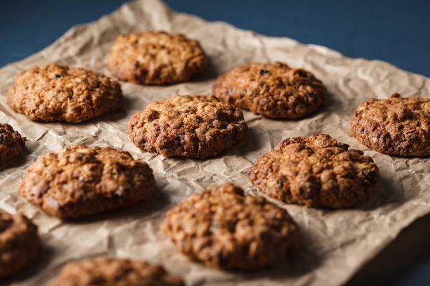 Обрезанное изображение овсяного печенья с орехами на противень Бесплатные Фотографии