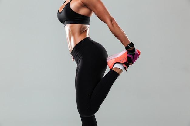 驚くべき若いスポーツ女性の写真をトリミング 無料写真