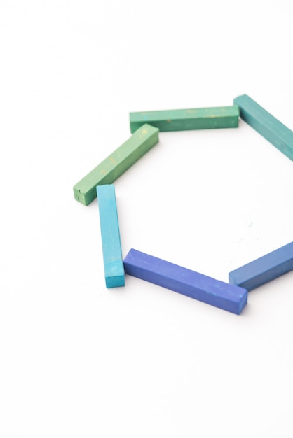 幾何学的構成でカラフルなチョークの写真をトリミング 無料写真