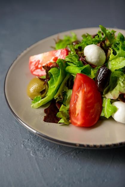 春のビタミンフレッシュサラダ、レストランの料理、家庭の健康的な食事のコンセプトの写真をトリミング 無料写真