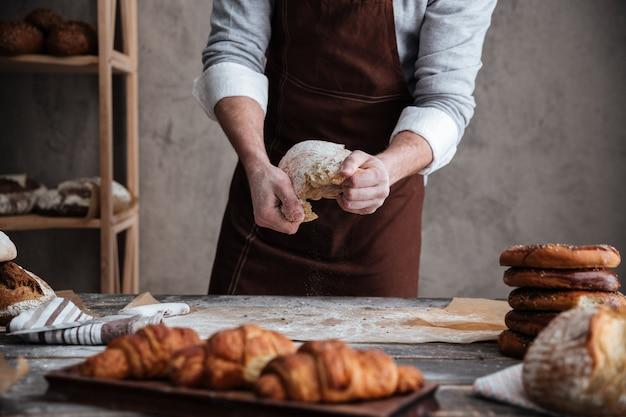 若い男のパン屋の写真をトリミング 無料写真