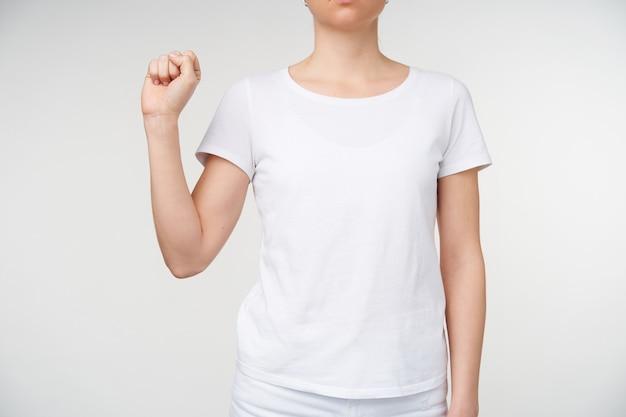 흰색 배경 위에 절연 수화에 편지 S Shwoing 동안 발생하는 젊은 여자의 손의 자른 된 사진. 청각 장애가있는 사람들의 손짓 무료 사진
