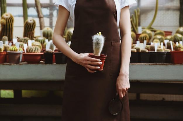 温室に立っている若い女性の写真をトリミング 無料写真