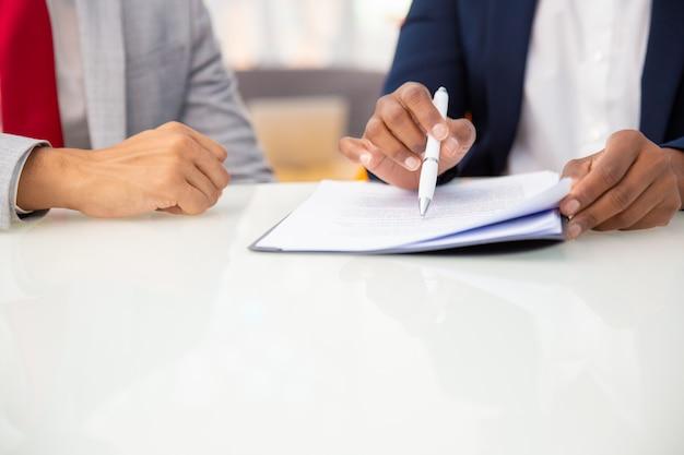 Обрезанный снимок деловых людей, читающих контракт Бесплатные Фотографии