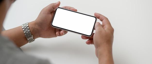 Обрезанный снимок мужского предпринимателя, холдинг горизонтальный смартфон Premium Фотографии