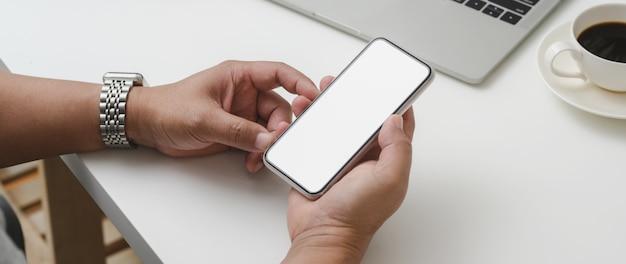 Обрезанный снимок мужского предпринимателя, держа смартфон Premium Фотографии