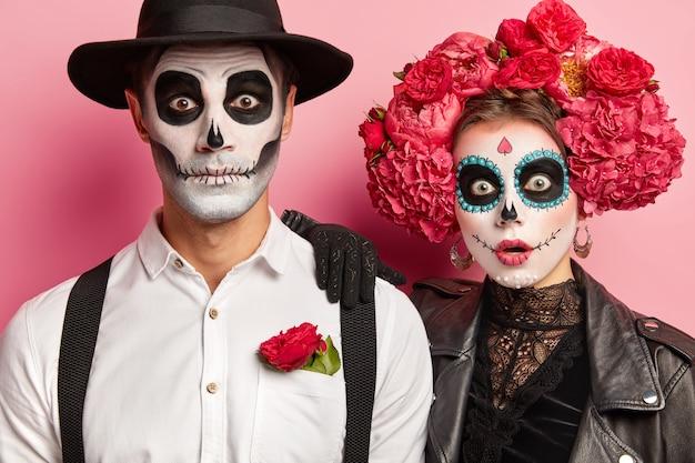 Обрезанный снимок потрясенных испуганных женщины и мужчины в костюмах вампира Бесплатные Фотографии