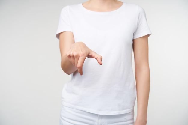흰색 배경 위에 포즈 수화에 단어 하이킹을 보여주는 동안 발생하는 젊은 여성의 손의 자른 샷. 청각 장애가있는 사람들의 손 제스처. 무료 사진