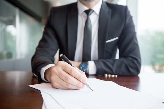 Cropped view of business leader making notes Free Photo