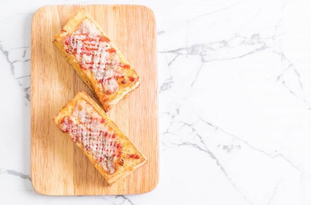 Croque monsieur bacon ans egg sandwich Premium Photo
