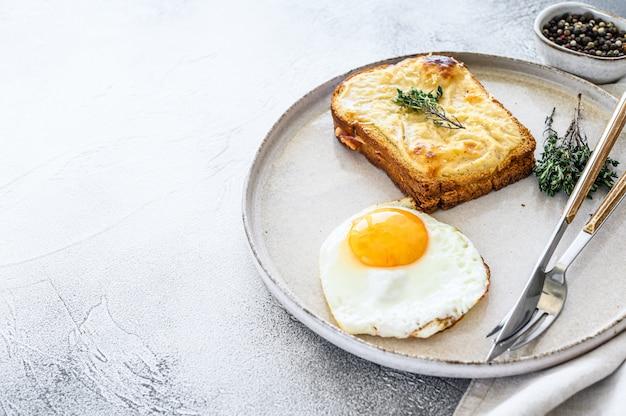Croque monsieur - традиционный французский жареный сыр и бутерброд с ветчиной и соусом бешамель. вид сверху. копировать пространство Premium Фотографии