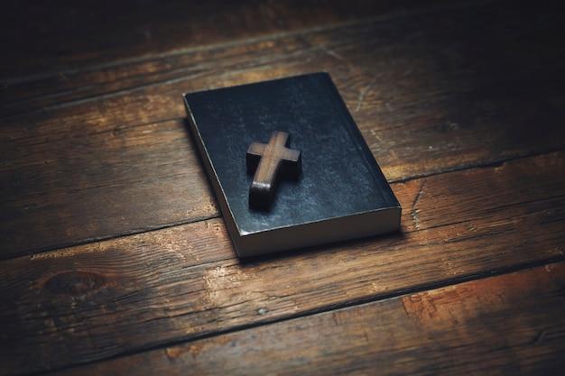 Крест на книге Premium Фотографии