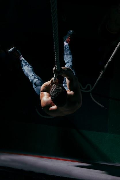 Concetto di crossfit con l'addestramento dell'uomo sulla corda Foto Gratuite