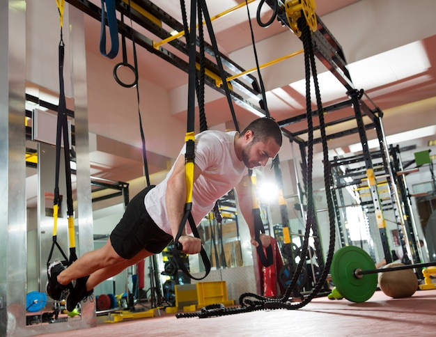 Crossfit fitness trxプッシュアップ男ワークアウト Premium写真