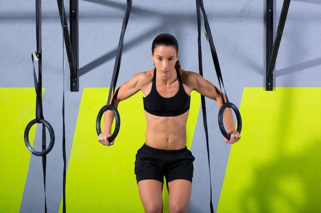 ジムディップでcrossfitディップリング女性ワークアウト Premium写真