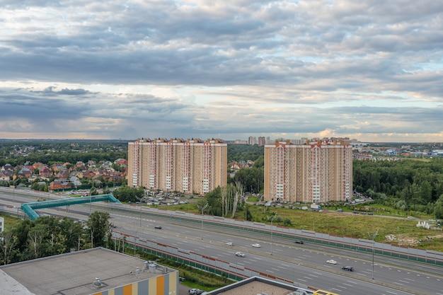 Переход дороги современного мегаполиса в москве Premium Фотографии