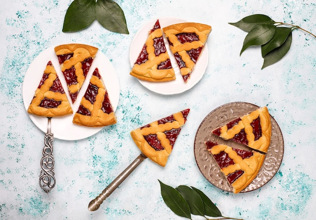 Вкусный традиционный ягодно-вишневый пирог crostata на светлой поверхности Бесплатные Фотографии