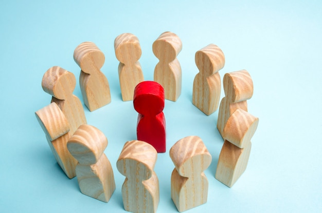 A crowd of workers stand in a circle and listen to their mentor, leader or ceo. Premium Photo