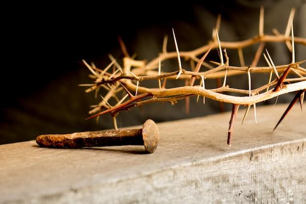 いばらの冠とイースターのキリスト教のはりつけの爪のシンボル Premium写真