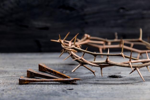 부활절에 기독교 십자가의 가시와 못 상징의 왕관 프리미엄 사진
