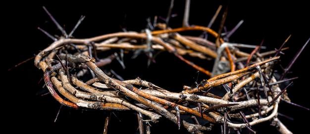 暗闇の中でいばらの冠をクローズアップ。聖週間の概念、イエスの苦しみとはりつけ。 Premium写真
