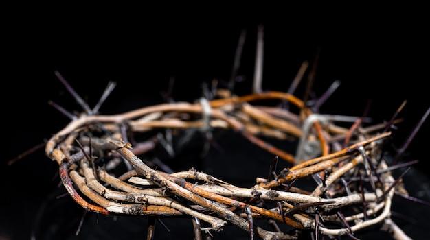 어둠 속에서 가시 왕관을 닫습니다. 성주간 개념, 예수님의 고통과 십자가. 무료 사진