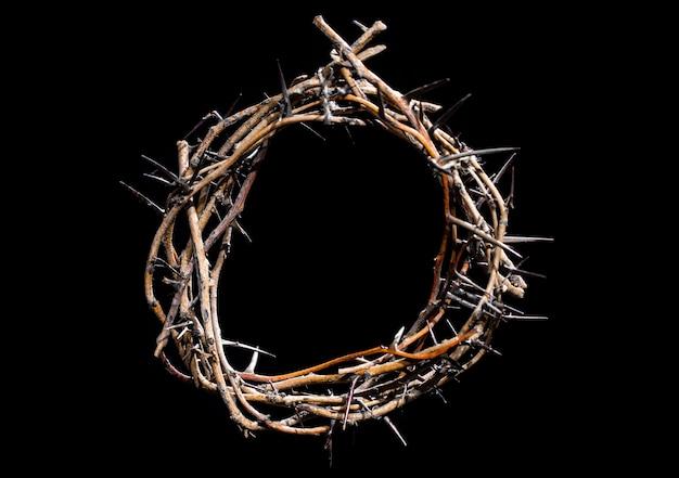 暗闇の中でいばらの冠。聖週間の概念、イエスの苦しみとはりつけ。 Premium写真