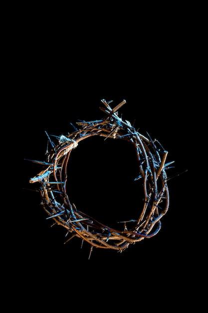 暗闇の中で青い光の色合いのいばらの冠。聖週間の概念、イエスの苦しみとはりつけ。 Premium写真