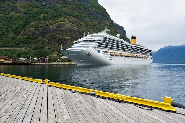 Круизный лайнер в водах аурландс-фьорда, норвегия Premium Фотографии