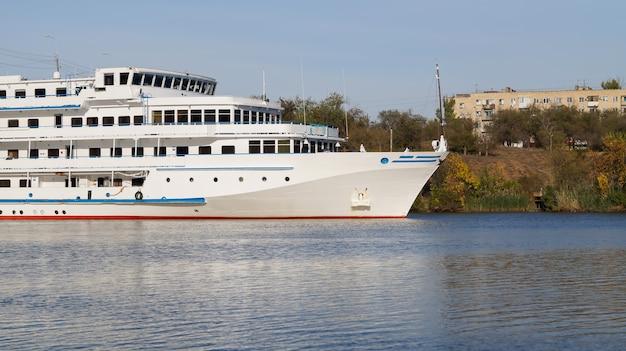 Круизный лайнер с туристами проходит по волго-донскому пароходному каналу имени ленина. Premium Фотографии