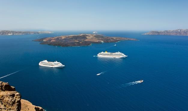 Cruise ship near volcano on island of santorini Premium Photo