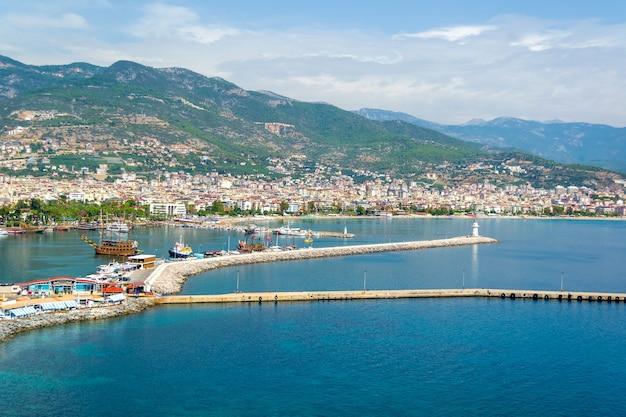 アラニヤ港の港と灯台のクルーズ船 Premium写真