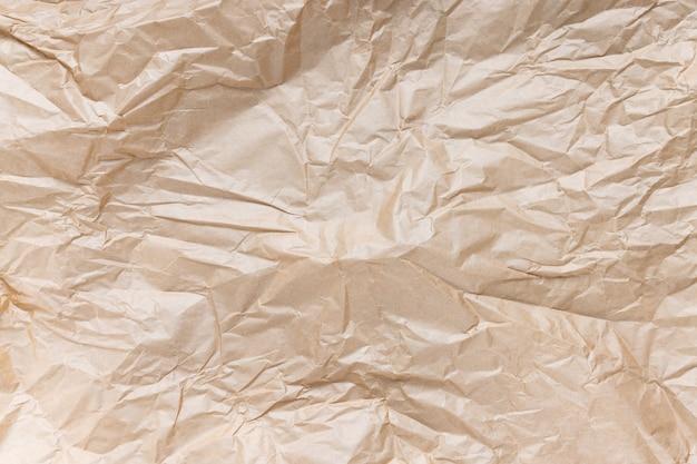 Мятая коричневая крафт-бумага для упаковки подарков. крупным планом, текстура фон, концепция загрязнения и переработки Premium Фотографии