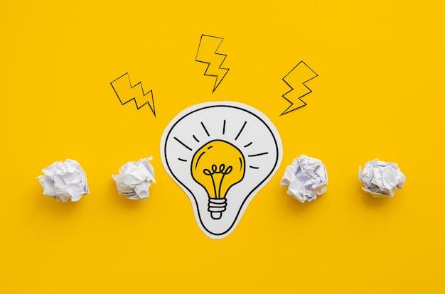 Идея концепции мятой бумаги и лампочки Premium Фотографии
