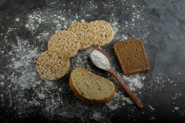 脇の領収書と大理石のテーブルで分離されたカリカリ食パン 無料写真