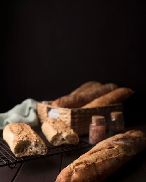 無愛想なパンの塊 Premium写真