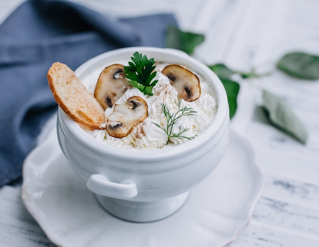 Crutone with mushrooms and cream Free Photo
