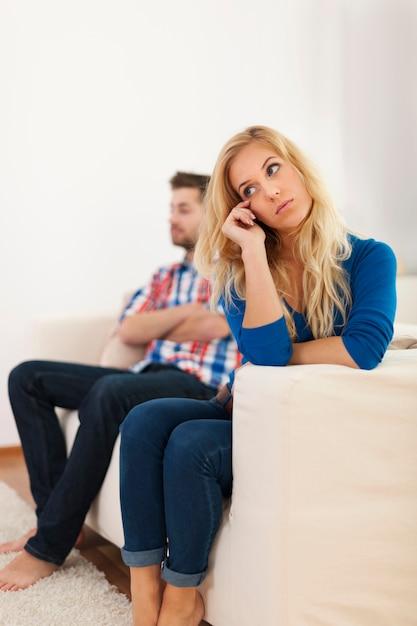 Плачущая женщина, сидящая со своим парнем на заднем плане Бесплатные Фотографии