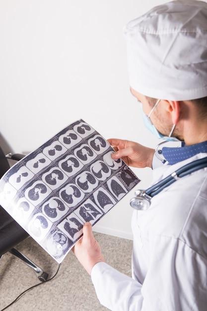 予約の医師は、胸部と腹腔のctスキャンを検査および検査します。肺疾患、肺病理、気管支の炎症性疾患、結核の疾患の診断に関する概念写真 Premium写真