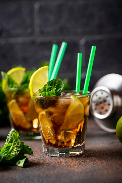Cuba libre cocktail with mint and lime Premium Photo