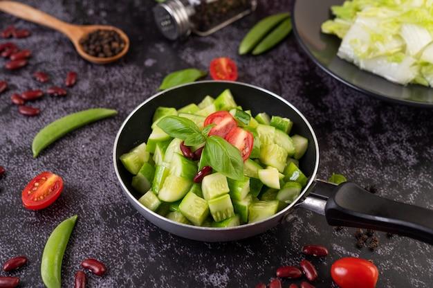 キュウリをフライパンでトマトと小豆で炒めたもの。 無料写真