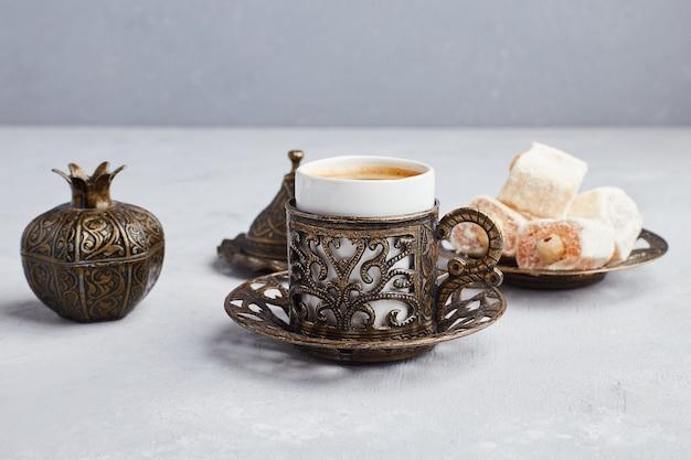 Una tazza di caffè servita con lokum turco. Foto Gratuite