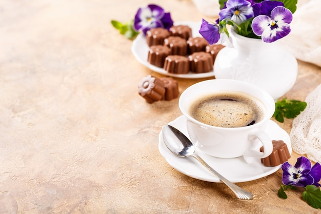 Cup of coffee with chocolate candies Premium Photo