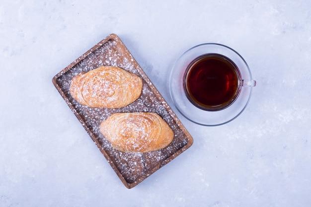 Una tazza di caffè espresso con pasticcini caucasici, vista dall'alto Foto Gratuite